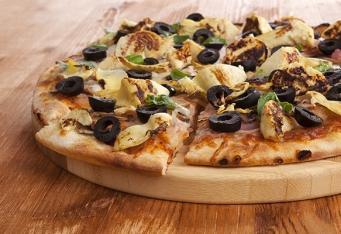 Pizza schorizem, artyčoky a černými olivami